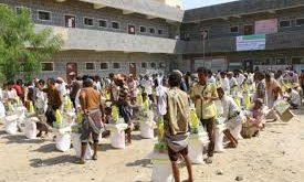 المحويت : توزيع 400 سلة غذائية علی نازحي الحديدة