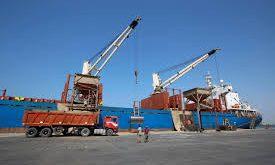 الحديدة:عمال الشحن والتفريغ بالميناء.. الأقل أجراً ..والأكثر تضرراً