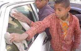 الحديدة : طفل يصارع الفقر والجوع بمفرده ! شاهد التفاصيل ؟