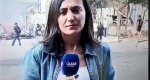 شاهد بالفيديو.. متظاهر لبناني يُقبل مراسلة «الحدث» على الهواء مباشرة!