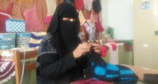"""الحديدة: سمية أول إمرأة من ذوي الإحتياجات الخاصة تتحدى المعاناة وتعمل في حياكة الحقائب النسائية """" تعرف على قصتها """"  !!"""