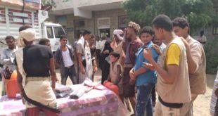 السلطة المحلية بمديرية المراوعة تواصل إغاثة 500 أسرة متضررة من السيول