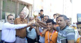 فريق مدرسة أبوبكر الصديق يحرزون كأس الشهيد بمديرية الميناء بالحديدة